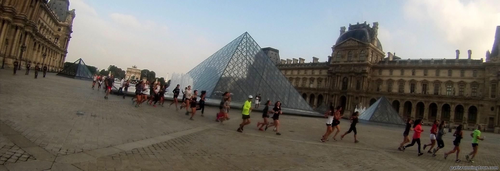 Courir devant la Pyramide du Louvre