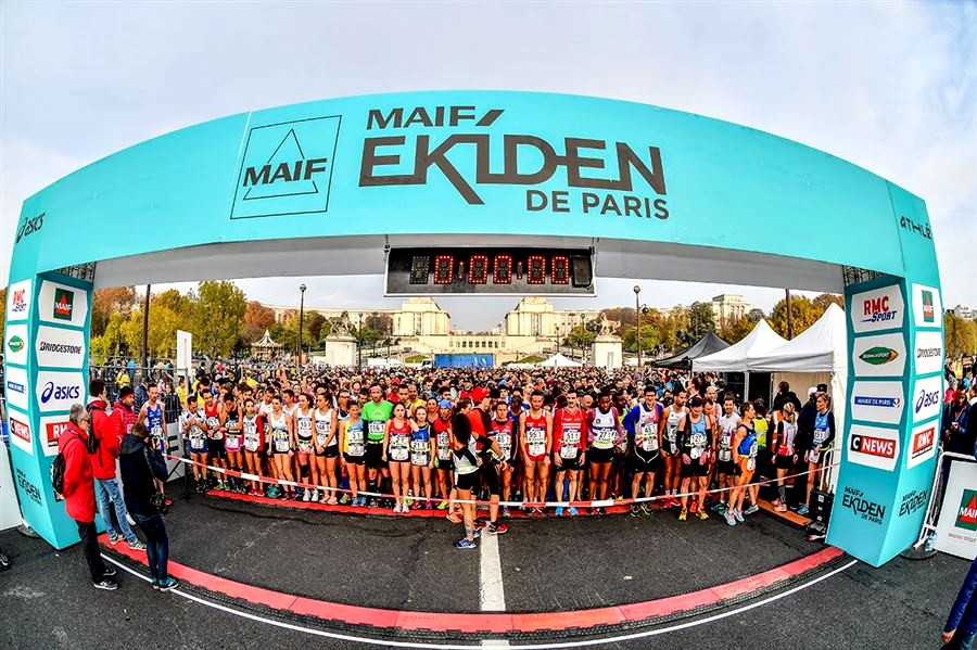 Start of the Ekiden of Paris 2018, in front of the Eiffel tower